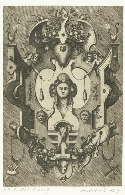 Cartouche met het hoofd van een vrouw die drie schelpen in haar haar draagt