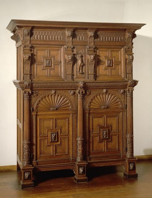 Kast met bovenkast met tussen twee deuren een openklappend paneel versierd met naakte Venus in schelp