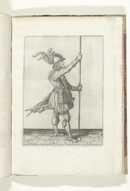 Soldaat, naar links gekeerd, die zijn spies met beide handen rechtop voor zich iets boven de grond vasthoudt (nr. 6), ca. 1600