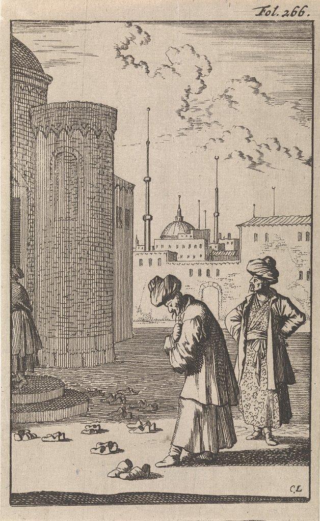 Op een plein naderen twee Turken een moskee waar voor de ingang een aantal paar schoenen staan
