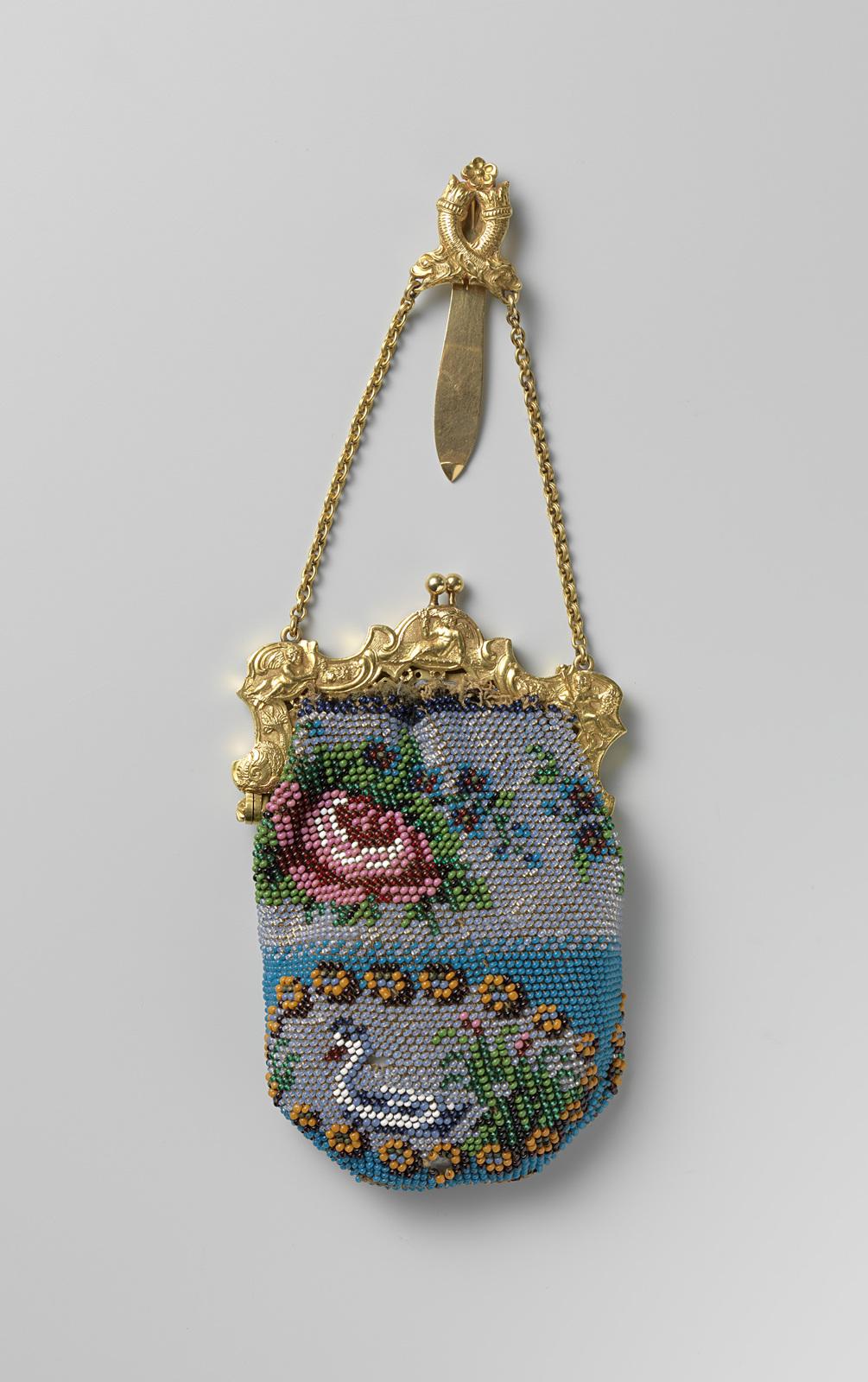 3b112658213 Kralen beurs met een gouden beugel en haak - PICRYL Public Domain Image