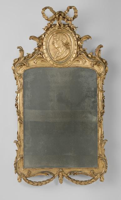 Spiegel in vergulde en gesneden lijst met o.a. een ovaal medaillon met een naar links gewende gelauwerde mannenkop als wa[penstuk van de familie 't Hooft.