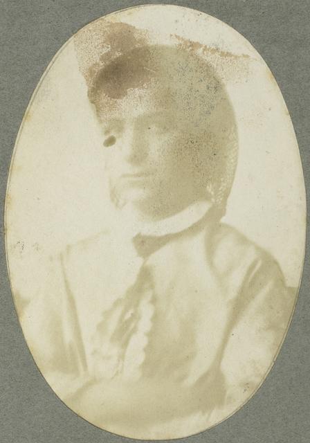 Portret van een jonge vrouw met haarnetje
