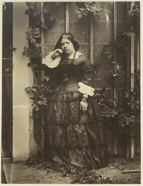 Portret van Caroline Asser in een tuin