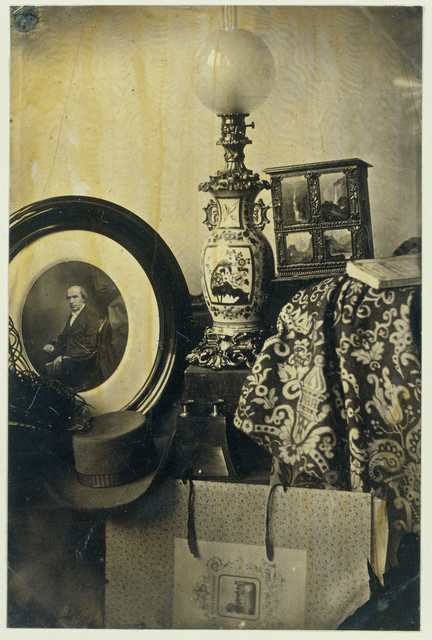 Stilleven met fotografisch portret van Asser, stereoscoop en portfolio