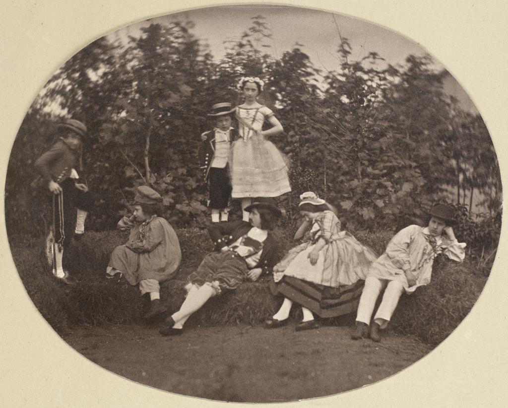Groepsportret van de Asser-kinderen in toneelkostuum