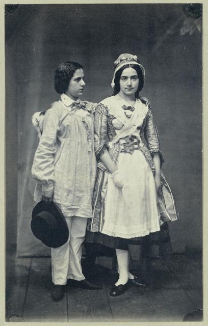 Portret van Anna Gratia Asser en een onbekend meisje in toneelkostuum