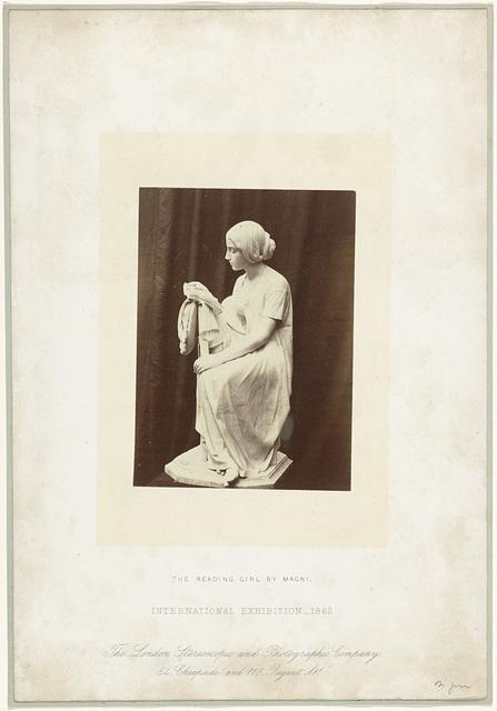 Sculptuur The Reading Girl, door Magni, tentoongesteld op de International Exhibition, Londen 1862