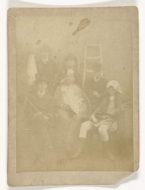 Groepsportret van zes studenten, van wie twee in maskeradekostuum