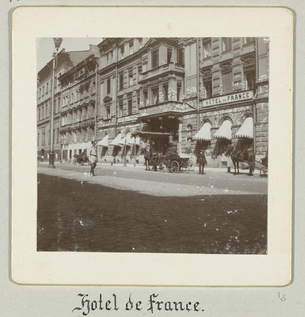 De entree van Hotel de France in Sint-Petersburg met voor de ingang een rijtuig