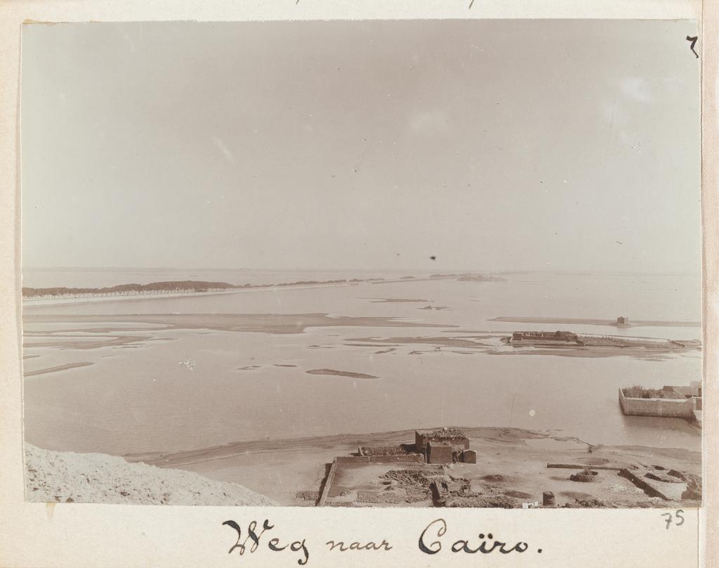 Gezicht op de weg naar Caïro en de overstroomde Nijloever, Egypte