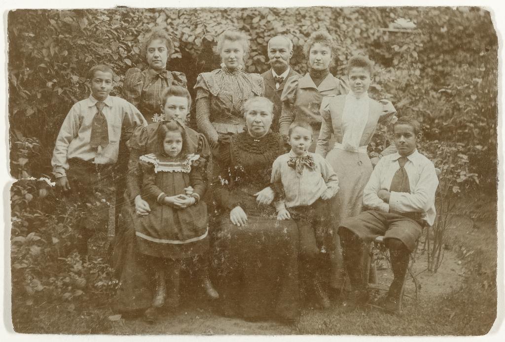 Groepsportret van de Familie Wesenhagen-Loth in Den Haag