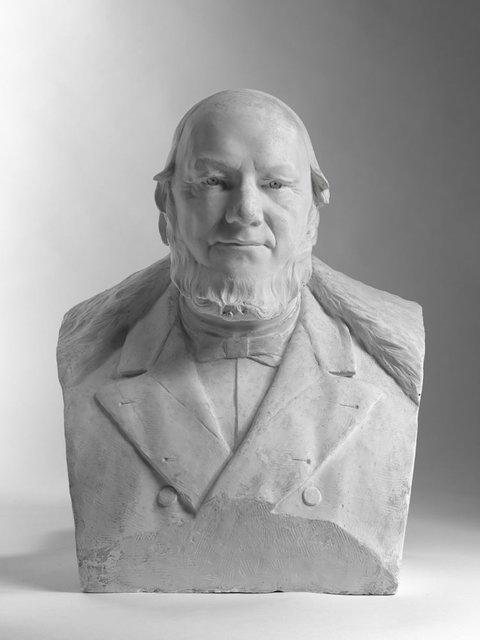 Buste van Paul Kruger (25-10-1825 - Zwitserland 14-07-1904), president van de Zuid Afrikaanse Republiek (1880-1898). Hij stond bekend als ' Oom Paul ' en was een prominente           Boeren-Leider in de opstand tegen het Britse bestuur. Hierdoor werd hij op 30 december 1880 President van de Zuid Afrikaanse Republiek. In 1899 brak te tweede Boerenoorlog uit en kwam hij           op verzoek van Koningin Wilhelmina naar Nederland. Later verhuisde hij naar Zwitserland. Hij werd op 3 december 1904 begraven op Church Street Cementery in Pretoria. (SDB)