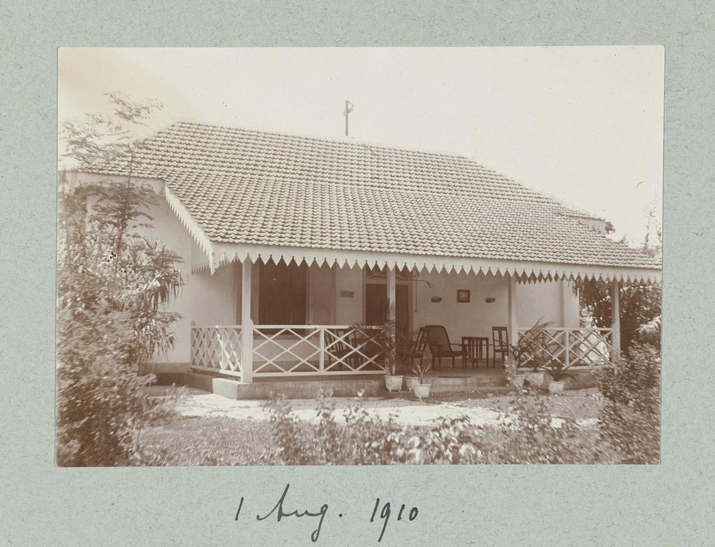 Een woning met grote veranda en tuin op het eiland Madura.