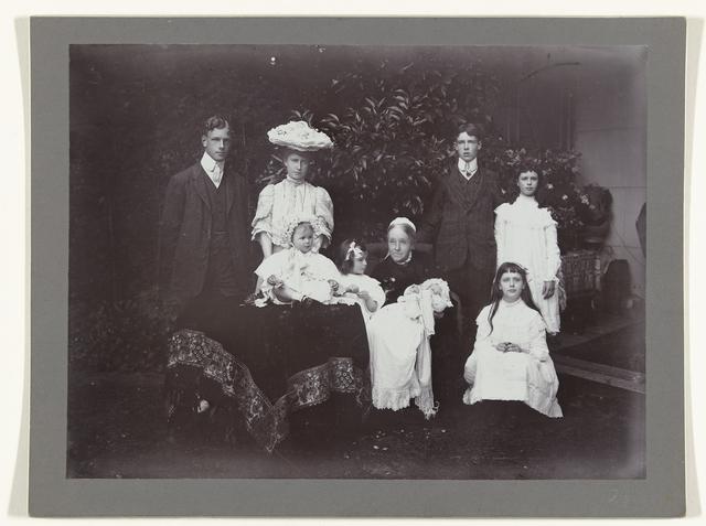Groepsportret van negen personen, onder wie Aletta Cornelia Anna Voombergh (1828-1913), de moeder van de fotograaf