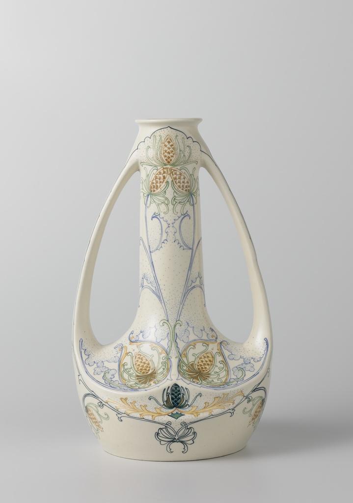 Vaas met oren van aardewerk, versierd met gestileerde bloemmotieven