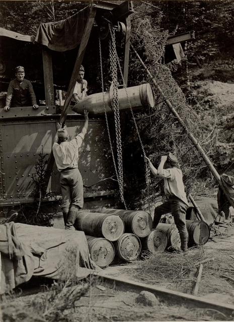 42 cm Haubitzen Stellung im Canaltal bei GUGG. Aufziehen der Munition.