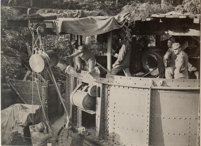 42 cm Haubitzen Stellung im Canaltal bei GUGG. Aufziehen der Patronen.