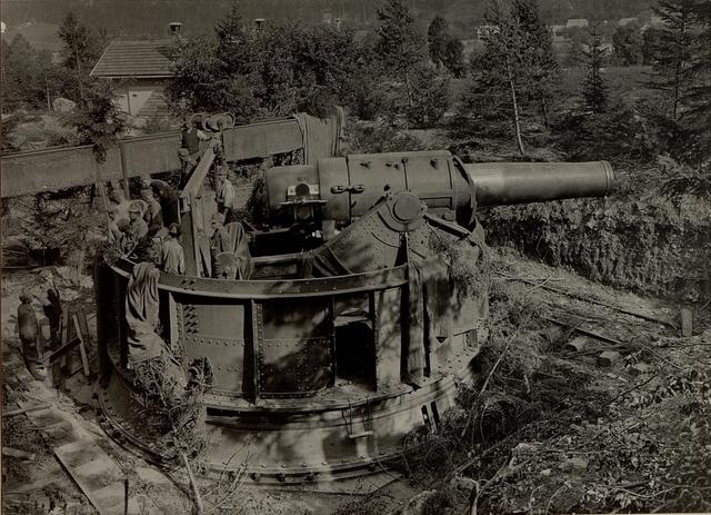 42 cm Haubitzen Stellung im Canaltal bei GUGG. Fertig aufgestelltes Geschütz ohne Maskierung.