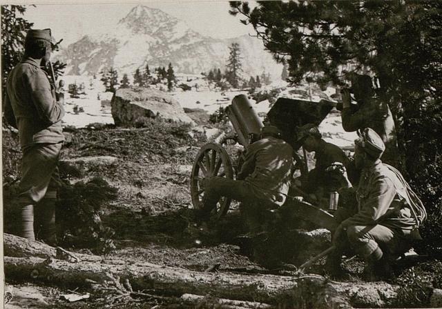 7 cm Gebirgs-Haubitze (Hintergrund Busa alta)