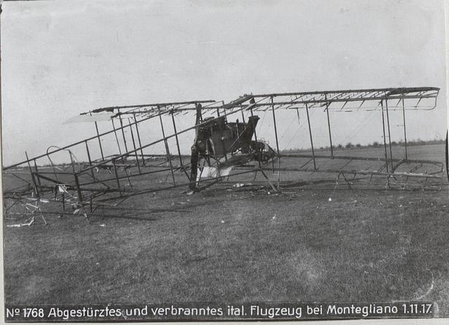 Abgestürztes und verbranntes ital. Flugzeug bei Montegliano 1.11.17.
