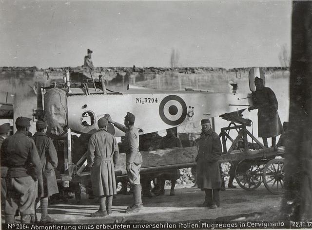 Abmontierung eines erbeuteten unversehrten italien. Flugzeuges in Cervignano 22.11.17.