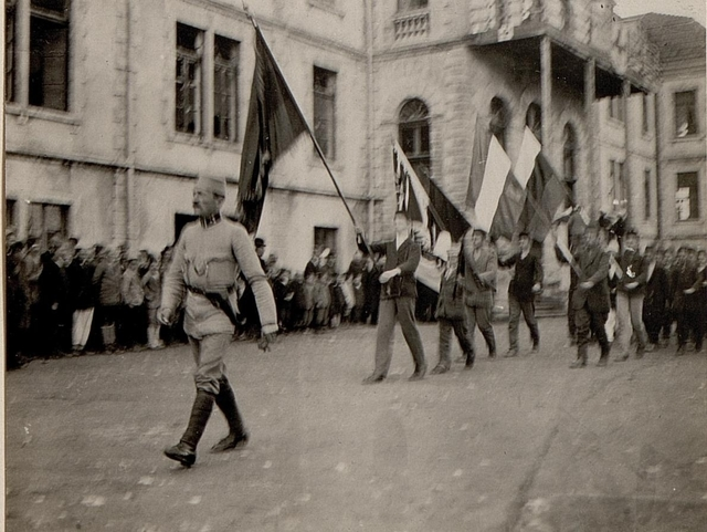 Albanische Jugend rückt mit Fahnen aus. Aufgenommen am 14. März 1916 in Skutari.