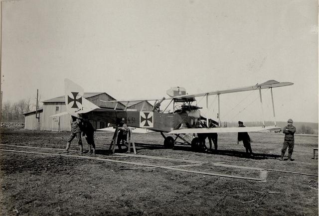 Am Flugplatz Einbringumg in den Hangar in Kragla
