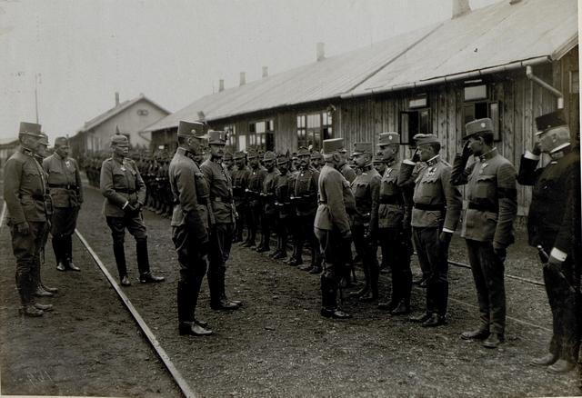 Armeeoberkommandant Erzherzog Friedrich wird bei seiner Ankunft in Chodoriw begrüßt,14.9.1916. Der Abschnittskommandant Erzherzog Karl zentral in der MItte