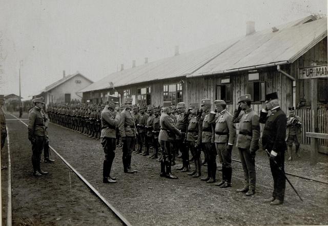 Armeeoberkommandant Erzherzog Friedrich wird bei seiner Ankunft in Chodoriwbegrüßt,14.9.1916, der Abschnittskommandant Erzherzog Karl zentral in der Mitte