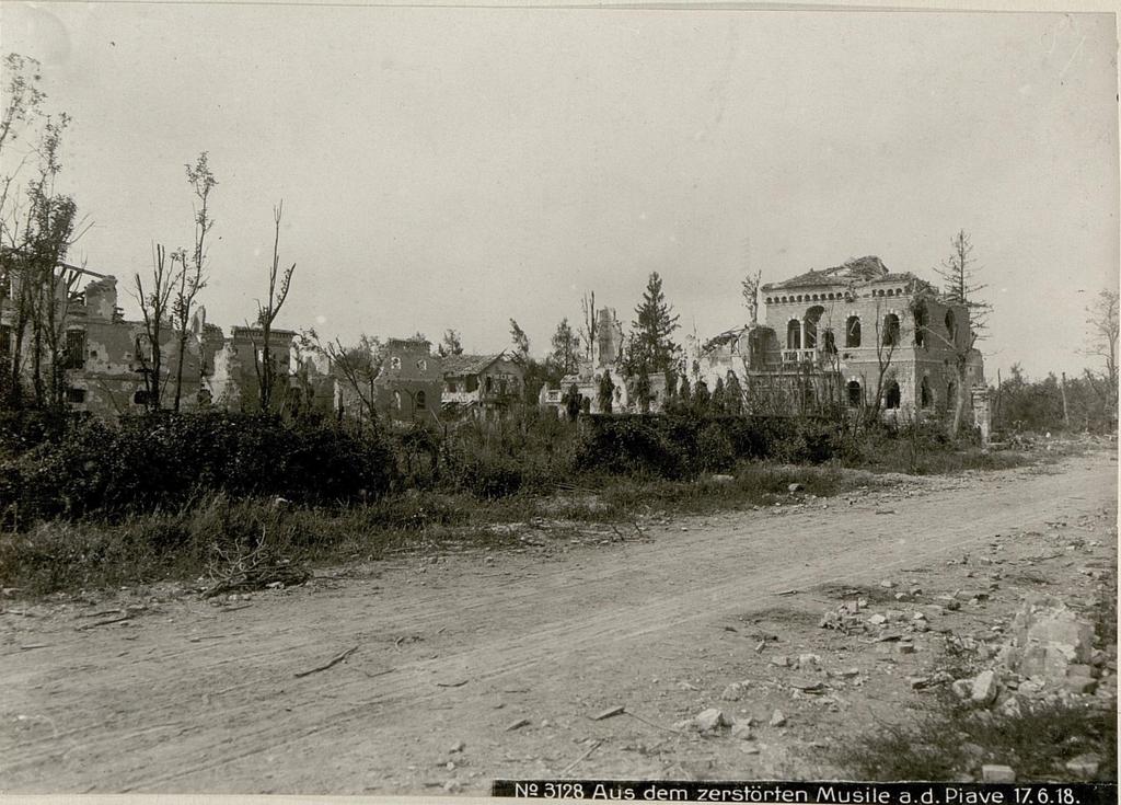 Aus dem zerstörten Musile a.d. Piave 17.6.18.