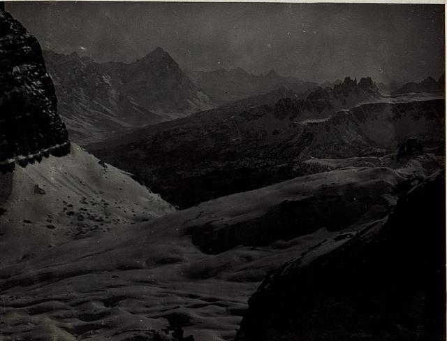 Aussicht von der Fanesscharte, Punta Cima und ganz rechts, die schwarzen Felsentürme, Cinque Torri mit feindlichen Stellung.
