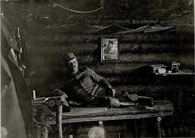 Baonskmdt.Major Karl Wolff des I.R.84, in seiner Waldhütte an der Noida. Anschluss an die Deutschen.
