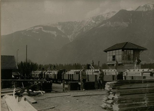 Barackenbauleitung in Spittal an der Drau, das Verladen von abgebundenen Barackenbauteilen