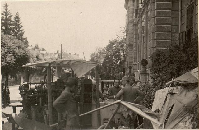 Besichtigung des am 4. Juli 1916 herabgeschossenen italienischen Flugzeuges. Aufgenommen am 5. Juli 1916.