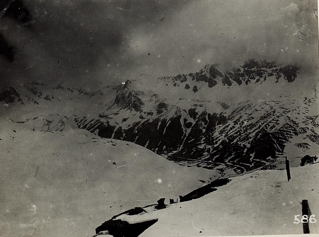Blick auf die Schützengräben am Stilfser Joch gegen die italienische Stellung auf Forcola und Punta di Rims.