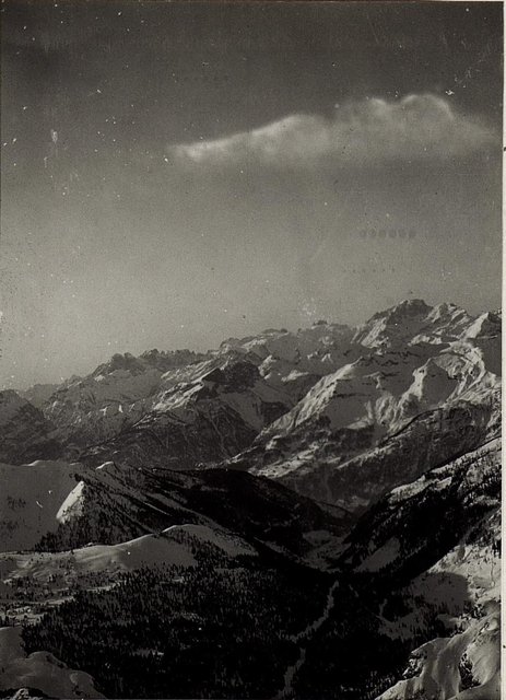 Blick vom kleinen Lagazuoi auf Buchenstein mit feindlichen Ölacherstellungen.