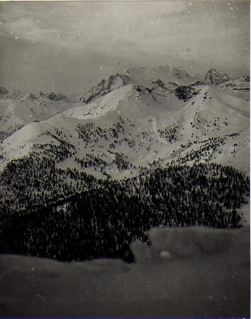 Blick vom Sasso di Stria auf das Gebiet von Buchenstein Ruine bis Settsass, weiter nach rechts geblickt.