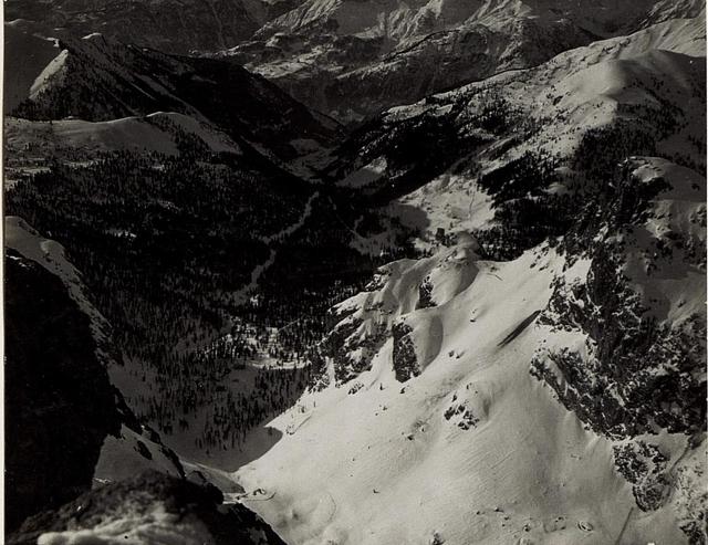 Buchensteintal mit Ruine Buchenstein und Ort Andraz im Hintergrund, rechts vorne Sasso di Stria.