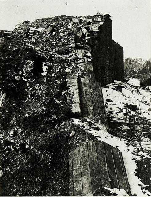 Col di Lana:  Blick auf das zerschossene Werk bei Buchenstein.