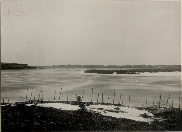 Das Tal des Styr /:zugefroren:/ bei Werbiajew. Im Hintergrunde wird von unseren Brückenbauabteilungen an einer Hochwasserfreien Brücke gearbeitet. 22. I. 1916.