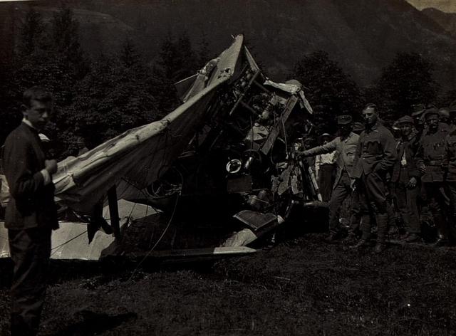 Der zertrümmerte Flieger des am 8.6.1917 tödlich verunglückten Fliegers von Plener der Fliegerkompanie 15, vor der Artilleriekaserne in Brixen. Neben dem Wrack, der mitabgestürzte Beobachter Oberleutnant Jäger, der mit einigen Abschürfungen davonkam.