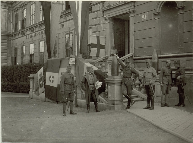 Die erbeuteteb italienischen Fahnen, von links nach rechts: Oberst im Artillerie Stab SCHUTZER. Oberts im Generalstab SPITZMüLLER. Obstlt. Von KREYBITZ, Mjor BERLER, Authofahrer SPITZMüLLER. Hauptmann des Generalstabes SCHEIBER.