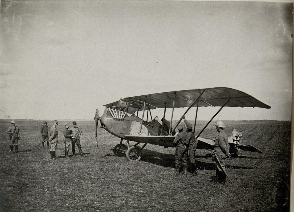 Ein abgestürzter k.u.k. Doppeldecker in Ostrozets, aufgenommen in Wolhynien am März 1916