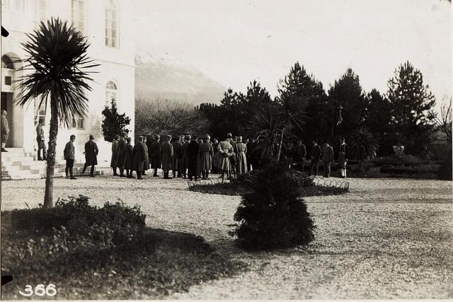 Empfang vor dem Schlosse des Prinzen MIRKO in Antivari.
