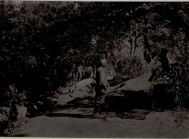 Feldmesse des Wiener Landwehrstammregimentes 1 bei Lapenje nach der zehnten Isonzoschlacht. Die Feldmesse wird von Franz Schmitz abgehalten