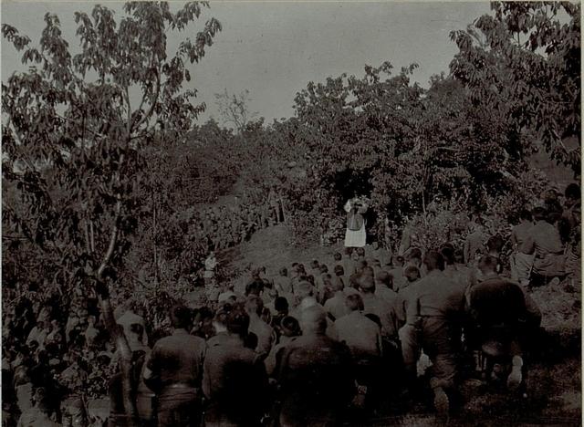 Feldmesse nach der zehnten Isonzoschlacht, Infanteriebataillons 3/85 bei Loke nahe Aisovizza. Die Feldmesse wird von Peter Mixich von Alsolikavecz abgehalten