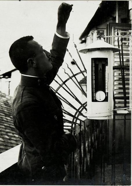 Feldwetterstation X. Beschirmung mit Instrumenten, Ablesen des Schlenderthermometers.