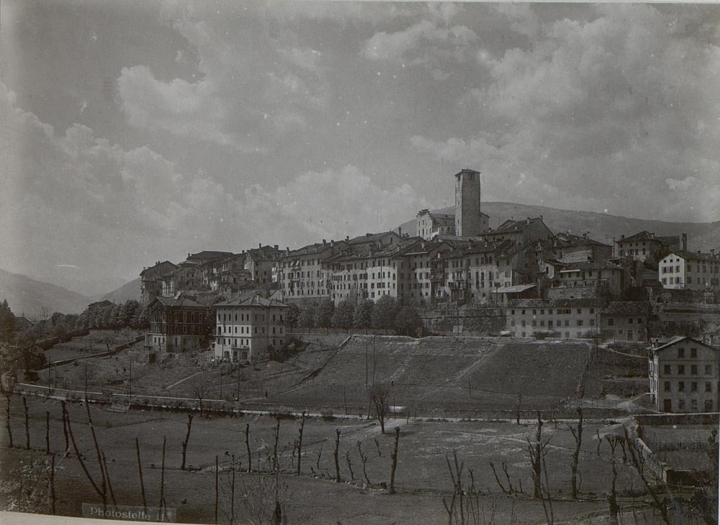 Feltre. Stadtbild vom Süden aus.