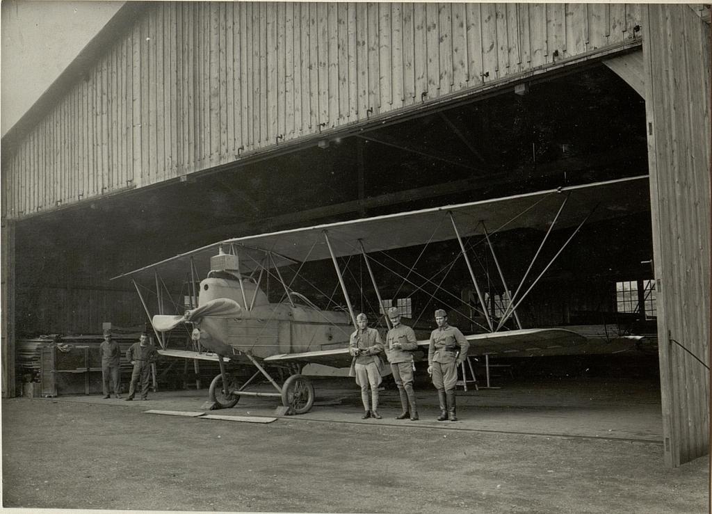Hangars am Flugplatze im Standorte des 10. Armeekommandos. Armeekommandos. Innen - Ansicht.